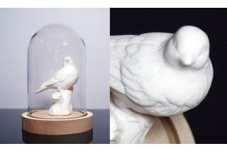 Figurka ceramiczna pod szklanym kloszem 20 cm